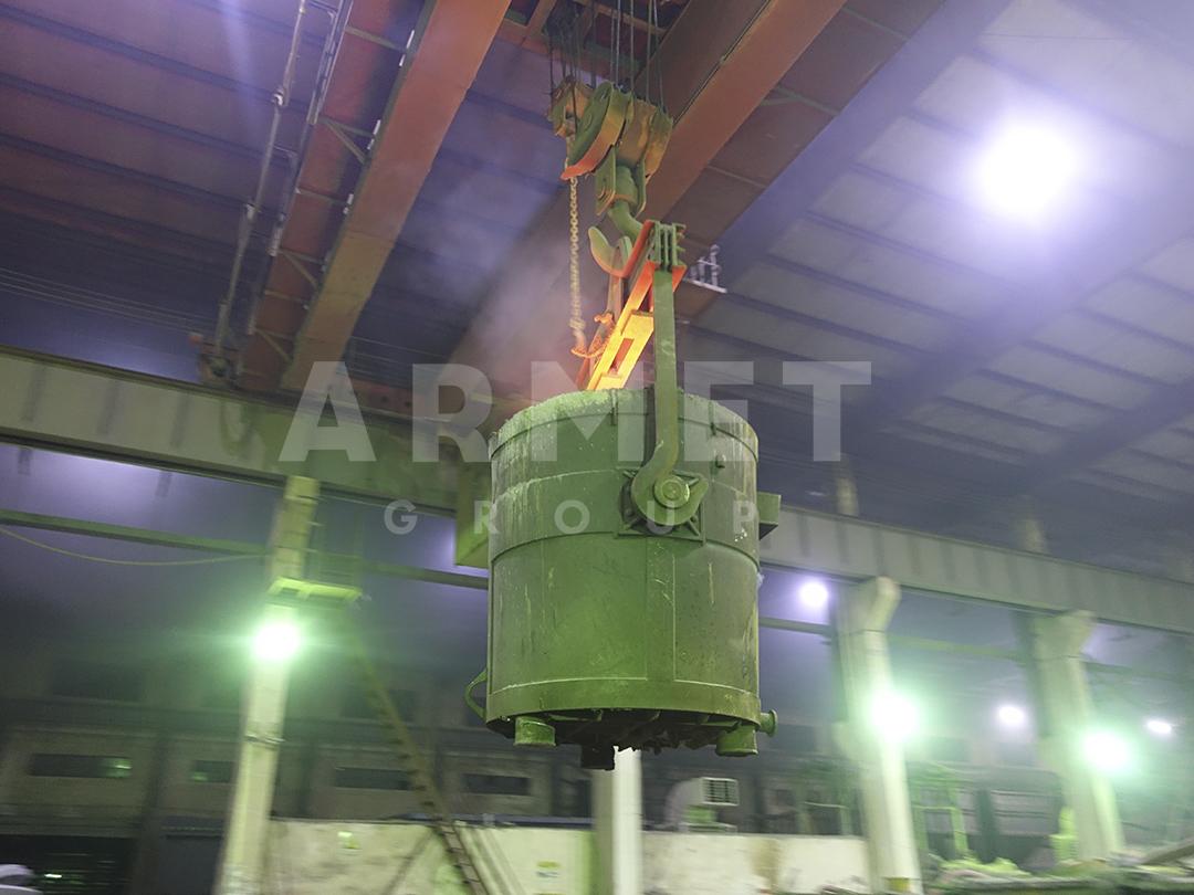 Ковш с металлом для заливки брони