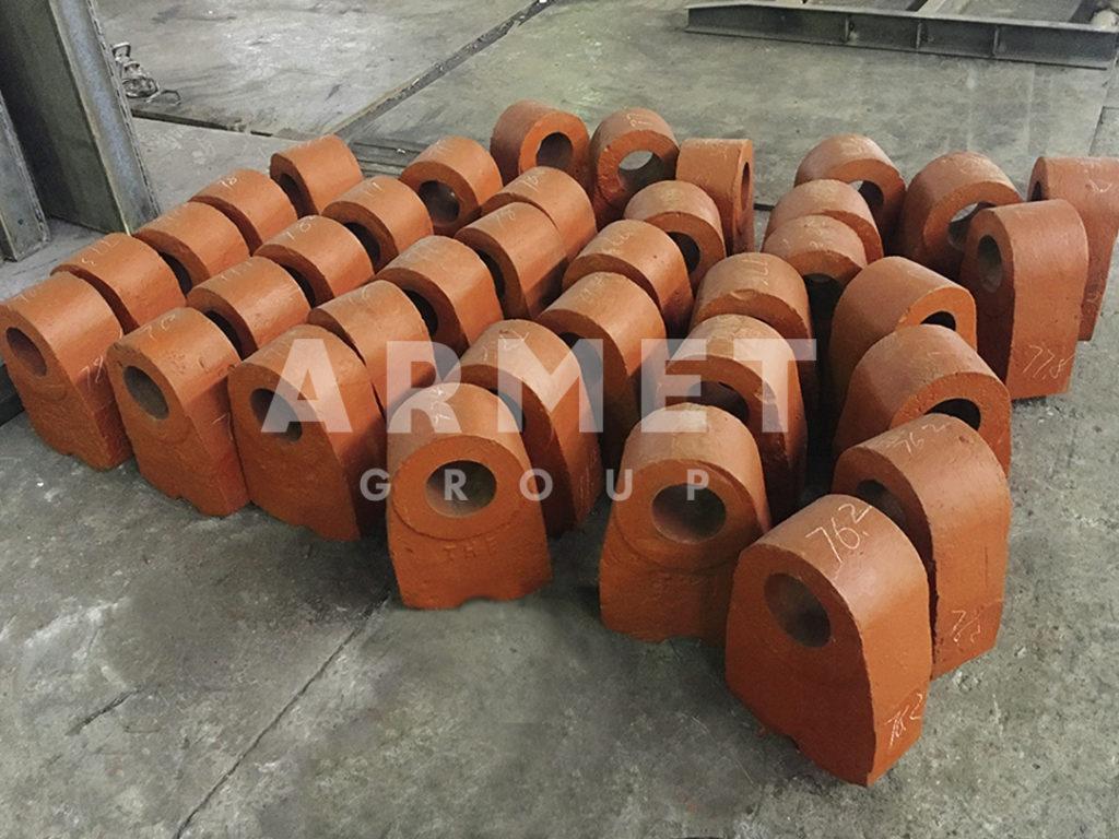 Молотки молотковой дробилки оранжевые на производстве