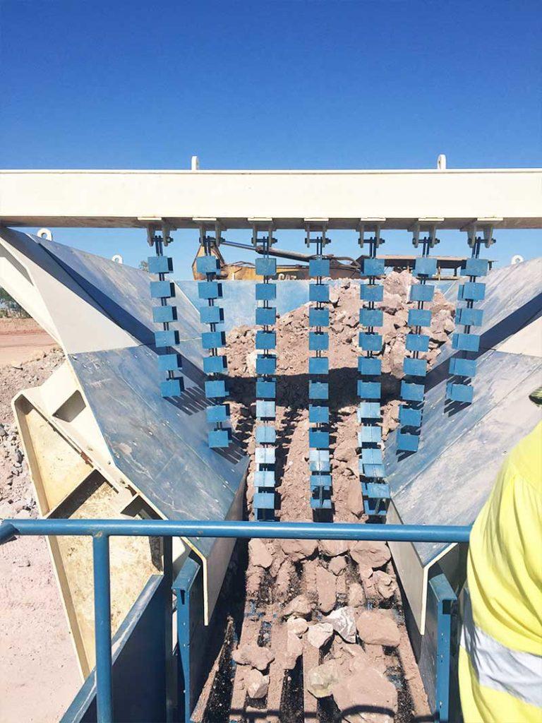 Вибрационный питатель для транспортировки руды в конусную мобильную дробилку