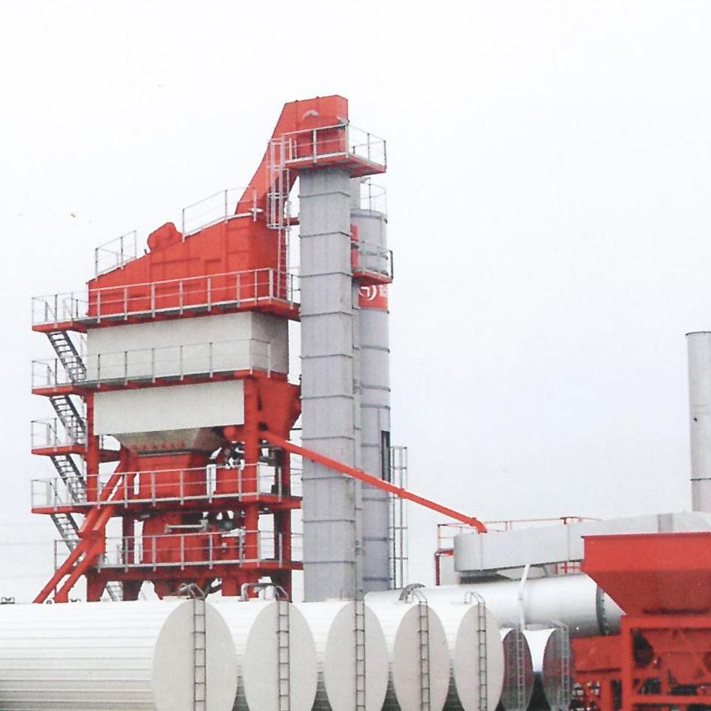 Асфальтовый завод серо-красного цвета